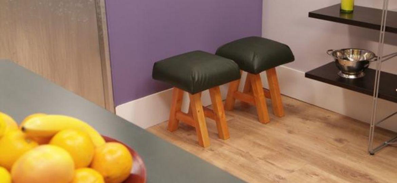 banquetas-de-madera-consejos-para-instalar-en-el-bano