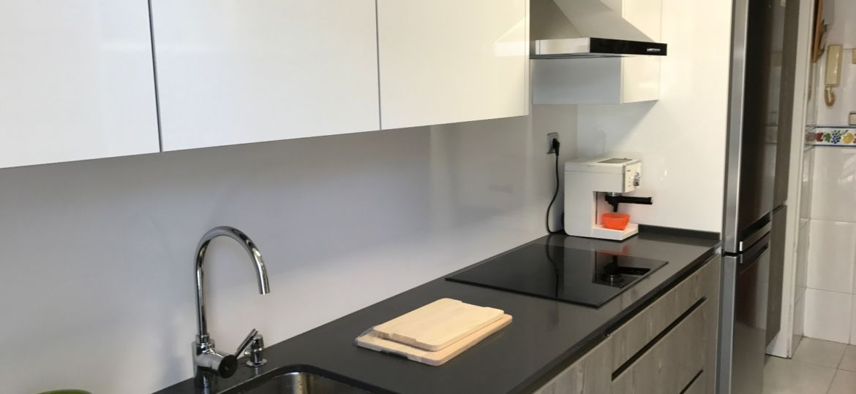 cocina-blanca-con-encimera-blanca-trucos-para-instalar-en-la-cocina