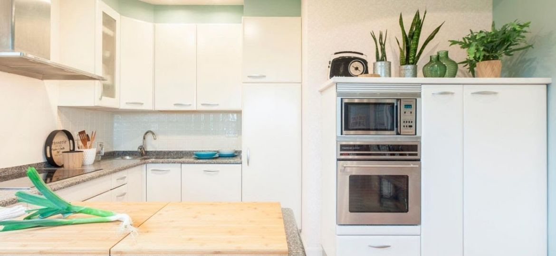 cocina-blanca-y-beige-consejos-para-instalar-en-la-cocina