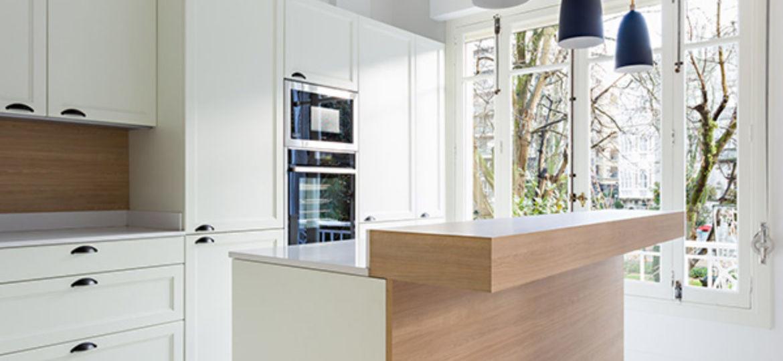 cocinas-blancas-con-encimera-de-madera-trucos-para-comprar-en-la-cocina