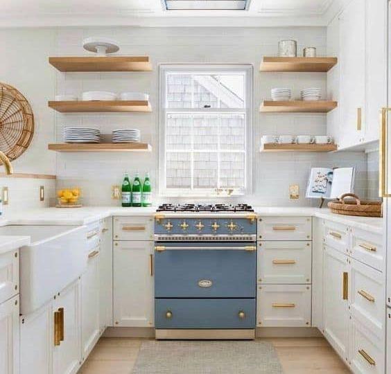cocinas-blancas-encimera-madera-tips-para-instalar-en-tu-cocina