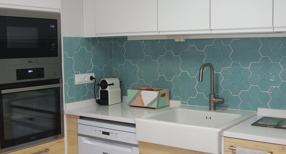 cocinas-modernas-blancas-y-madera-consejos-para-montar-en-la-cocina