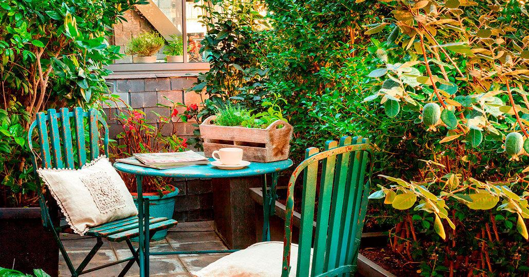 mesas-y-sillas-de-plastico-para-jardin-tips-para-decorar-tu-jardin