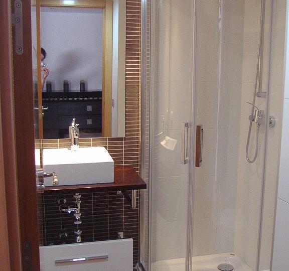 mueble-bano-esquina-tips-para-instalar-en-el-bano