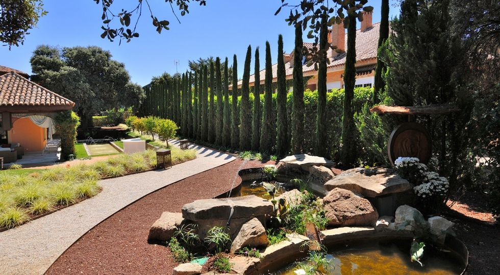 puertas-aluminio-exterior-jardin-consejos-para-mantener-el-jardin
