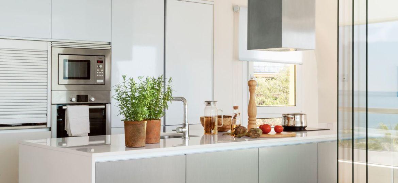 puertas-correderas-de-cristal-para-cocinas-consejos-para-instalar-en-la-cocina